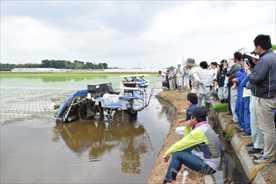 【話題・自動運転】自動運転の田植え機実演 農業効率化ヘ200人が研修