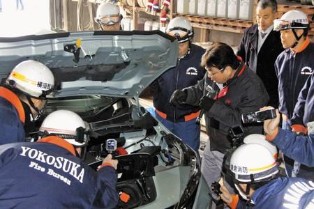 【カルチャー】感電など二次災害防げ 横須賀市消防局、電気自動車の事故対応学ぶ