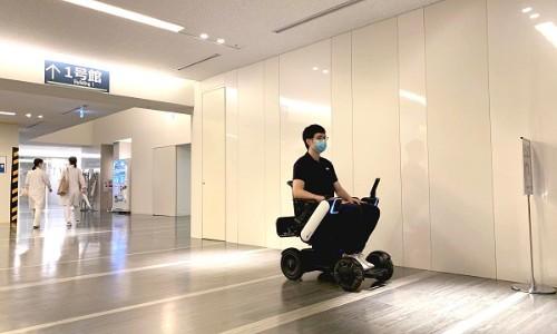 【話題・自動運転】患者がWHILLの自動運転車いすで移動、慶大病院で実証実験